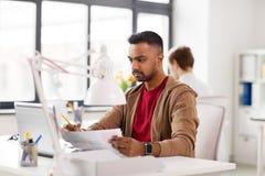 Homme indien avec l'ordinateur portable au bureau Image libre de droits