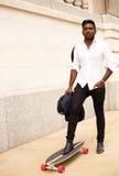 Homme indien avec la planche à roulettes image libre de droits