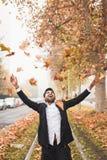 Homme indien bel posant dans un contexte urbain Images libres de droits