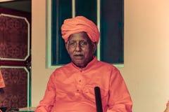 Homme indien dans l'habillement de couleur rouge - uttar pradesh, Inde - 2011 Photos stock