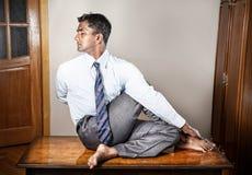 Homme indien faisant le yoga image libre de droits