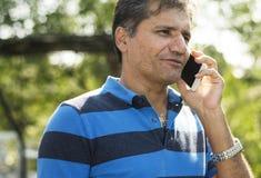 Homme indien parlant au téléphone Images stock
