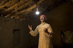 Homme indien rural ravi sur l'électricité atteignant sa maison photo libre de droits