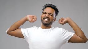 Homme indien s'étirant au-dessus du fond gris photos libres de droits
