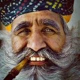 Homme indien supérieur indigène regardant le concept d'appareil-photo Photographie stock libre de droits