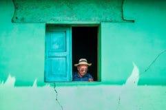 Homme indigène dans un chapeau traditionnel à la fenêtre, Guatemala Images stock