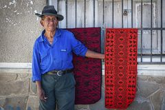 Homme indigène non identifié de Yampara avec l'habillement et le chapeau traditionnels, sur le marché local de Tarabuco dimanche, Image libre de droits