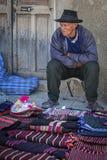 Homme indigène non identifié de Yampara avec l'habillement et le chapeau traditionnels, sur le marché local de Tarabuco dimanche, Images stock