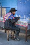 Homme indigène non identifié de Yampara avec l'habillement et le chapeau traditionnels, sur le marché local de Tarabuco dimanche, Image stock