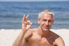 Homme indiquant le signe EN BON ÉTAT Photo libre de droits