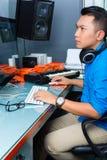 Homme indonésien dans le studio d'enregistrement image stock