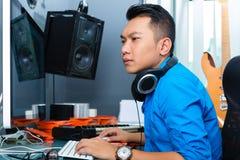 Homme indonésien dans le studio d'enregistrement Photographie stock libre de droits