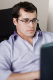 Homme indépendant travaillant à la maison Image stock