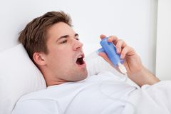 Homme inhalant la médecine Photos stock
