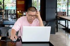 homme inquiété à l'aide d'un ordinateur portable et regardant l'écran , Images stock