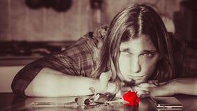 Homme inquiété avec rose et le téléphone portable Photos libres de droits