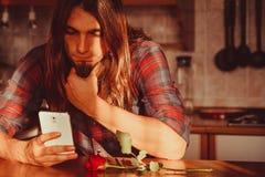 Homme inquiété avec rose et le téléphone portable Photos stock