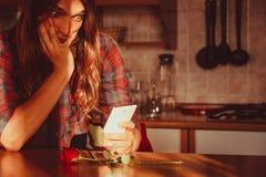 Homme inquiété avec rose et le téléphone portable Image libre de droits