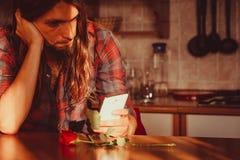 Homme inquiété avec rose et le téléphone portable Photo libre de droits