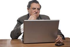 Homme inquiété d'affaires avec un ordinateur portatif Photo stock
