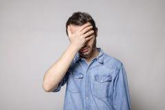 Homme inquiété d'isolement sur le fond gris Photographie stock