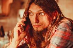Homme inquiété parlant au téléphone portable Images stock