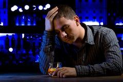 Homme inquiété s'asseyant au bar Photos stock