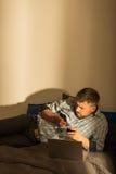 Homme inquiété se situant dans le lit Photos stock