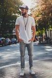 Homme inquiété se tenant sur le trottoir et la pensée Photo stock