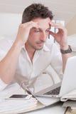 Homme inquiété sous pression Images stock