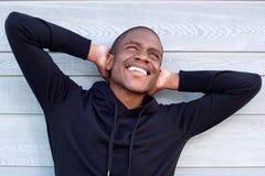 Homme insouciant d'afro-américain avec des mains derrière la tête Photographie stock