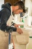 Homme inspectant la carte 3D moulée par plâtre Photographie stock