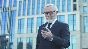Homme inspiré dans nouvelles de lecture de costume formel de bonnes d'appli de marché boursier pour des affaires clips vidéos