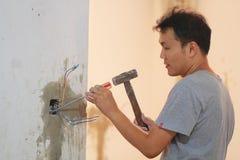 Homme installant l'interrupteur de lampe image libre de droits