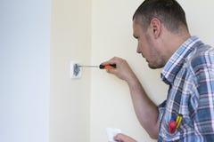 Homme installant l'interrupteur de lampe images stock