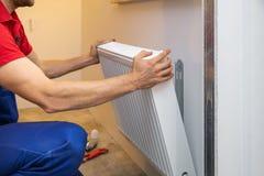 Homme installant le radiateur Images stock