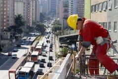 Homme installant le Rebar - horizontal photo libre de droits