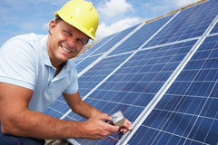 Homme installant les panneaux solaires Image libre de droits