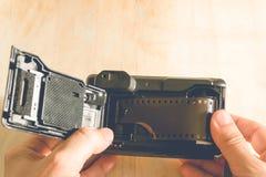Homme installant une cartouche de film de photo photo libre de droits