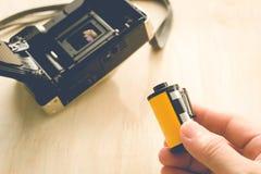 Homme installant une cartouche de film de photo photos stock