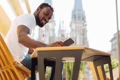 Homme intellectuel innovateur lisant un texte de son ami Images stock