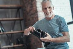 Homme intelligent satisfaisant semblant l'établissement droit les verres de VR Photos stock