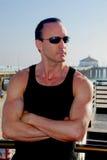 Homme intense à la plage image libre de droits