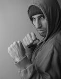 Homme intense avec des poings prêts à combattre Photo stock