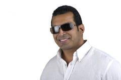 Homme intense sexy dans des lunettes de soleil d'isolement sur le blanc Photographie stock libre de droits