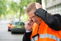 Homme invitant le téléphone portable après accident de voiture Image libre de droits