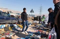 Homme irakien vendant de divers outils une rue irakienne Photos stock
