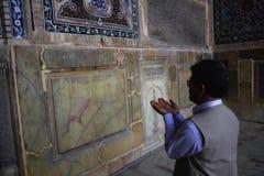 Homme iranien priant la mosquée intérieure de Jameh de la ville d'Isphahan en Iran photo stock