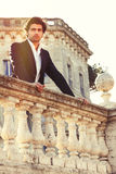 Homme italien songeur de belles affaires élégantes Prince avec du charme photographie stock libre de droits