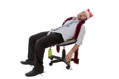 Homme ivre d'affaires dormant après avoir bu du champagne à la fête de Noël de bureau Photos stock